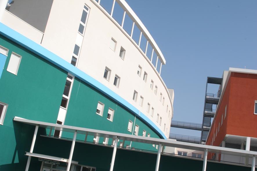inaugur au milieu des annes 2000 lhpital priv de la loire hpl est issu du regroupement de quatre cliniques de lagglomration de saint tienne la - Hapital Moderne